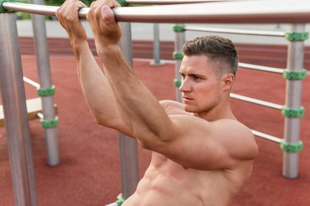 運動の上半身裸の男のトレーニング