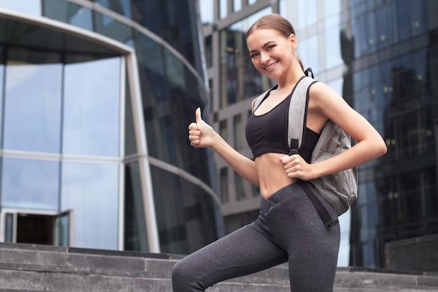 アスレチックスポーティーな若い女性が屋外でトレーニングしています