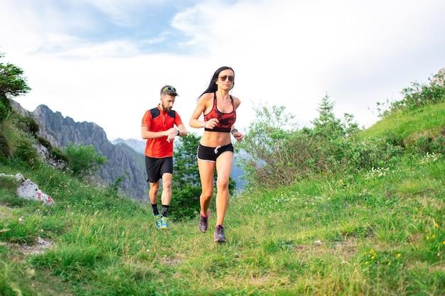 운동 트레이너는 산에서 운동 선수 여성 인종 여성의 시간을 측정