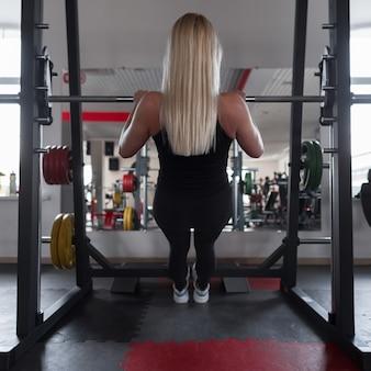 체육관 운동화에 검은 운동복에 젊은 여자의 운동 트레이너