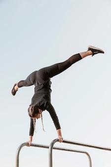 Спортивная (ый) женщина делает упражнения на открытом воздухе с копией пространства