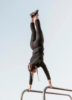 外で運動をしている運動の女性