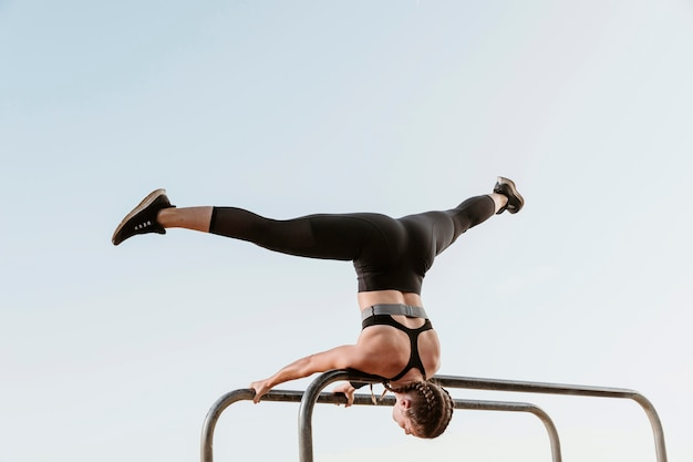 Спортивная (ый) женщина делает фитнес-упражнения за пределами