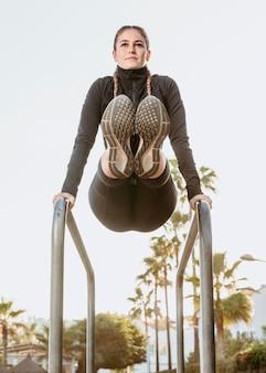 Спортивная (ый) женщина, упражнения на открытом воздухе