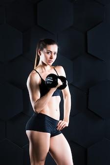 ダンベルで運動する運動女性