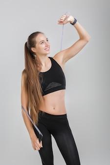 Спортивная (ый) женщина, держащая веревку