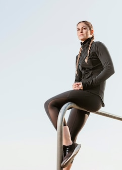 Спортивная (ый) женщина в спортивной одежде на открытом воздухе