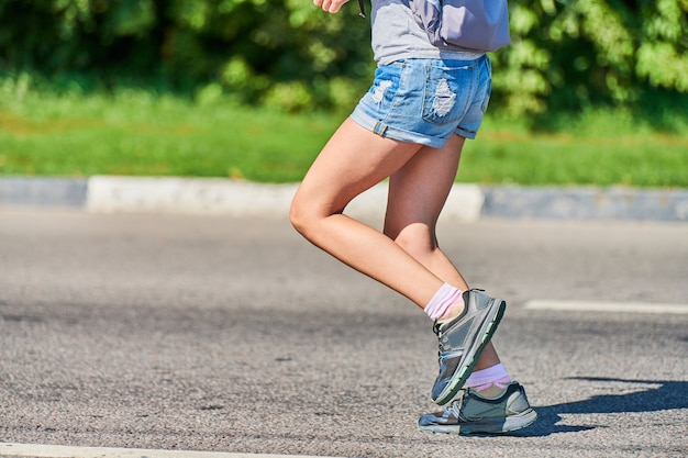 都市の道路でスポーツウェアでジョギングアスリート女性