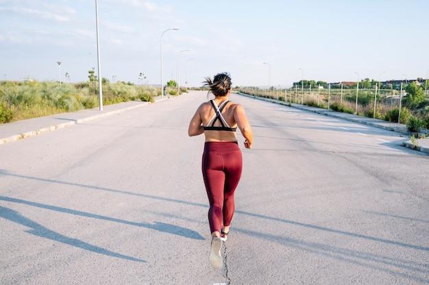 Спортивная (ый) женщина работает на улице