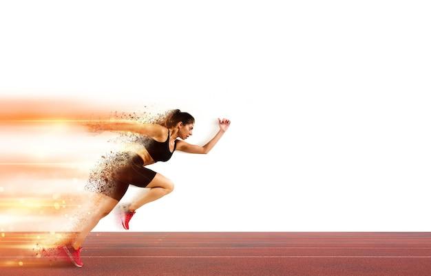アスレチック女性は、スタジアムのトラックにライトトレイルとスポーツ競技で実行されます