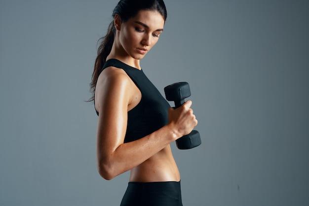 アスリート女性が筋肉を振るスリムな体型ワークアウトの動機