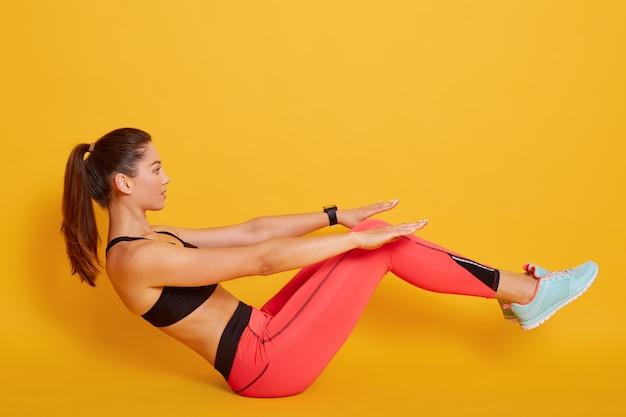 체육 여자 떨고 언론, 그녀의 복 부 근육 운동 노란색, 스포티 한 여자에 슬림 여성 포즈. 피트니스, 건강한 라이프 스타일과 스포츠 개념.