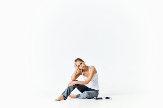 바닥 아령 운동 동기 부여 에너지에 앉아 운동 여자