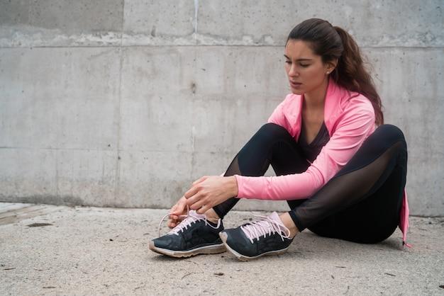靴ひもを結ぶ運動の女性。