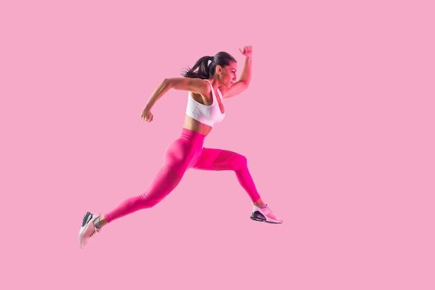 Спортивная (ый) женщина с тренировкой спортивной одежды фитнеса