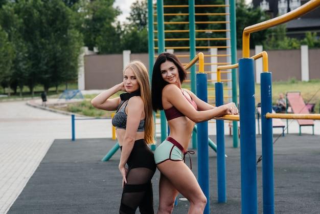 スポーツ女性は屋外でスポーツをします。フィットネス、健康的なライフスタイル