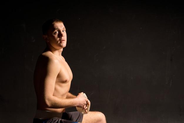 戦いの準備をする運動の若いボクサー