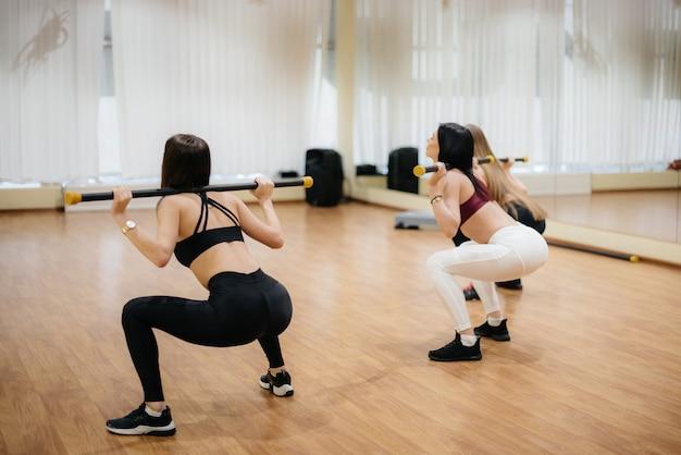 운동 어린 소녀들은 그룹 수업에서 체력과 에어로빅에 종사하고 있습니다. 피트니스, 건강한 라이프 스타일