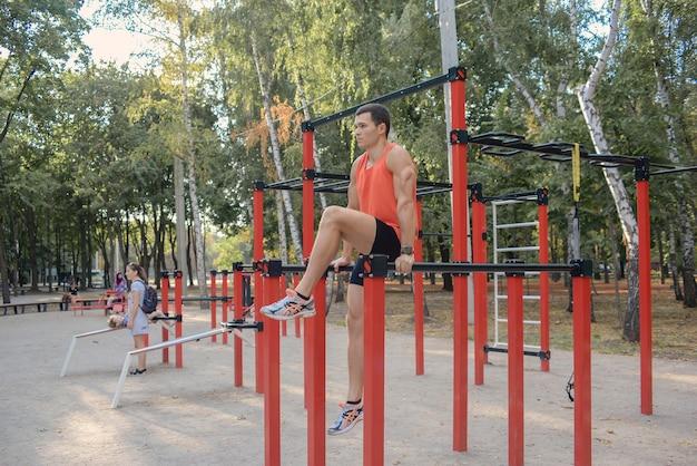 야외에서 팔 굽혀 펴기를 하는 운동 젊은이 도시 환경에서 피트니스 및 야외 운동
