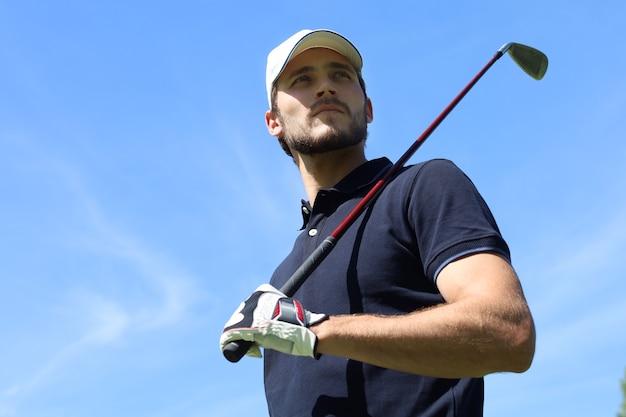ゴルフクラブでゴルフをしている運動の若い男。