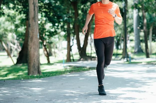 朝走っている運動青年。