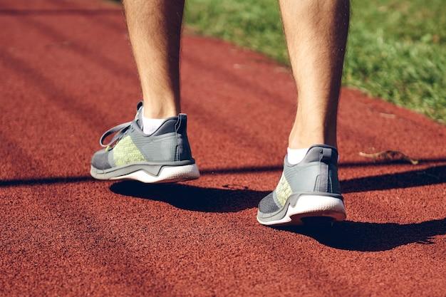 走っている運動青年