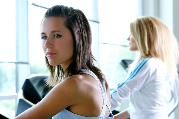 フィットネストレーニングでアスレチック若い女性
