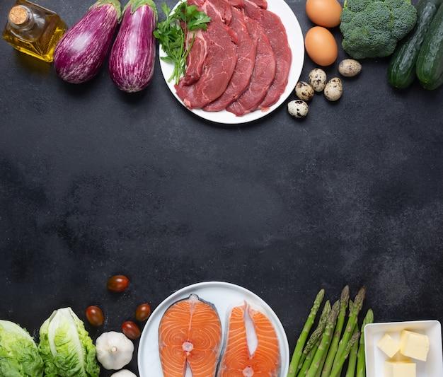 Пищевые ингредиенты диеты аткинса на доске бальк, концепция здоровья, вид сверху с копией пространства