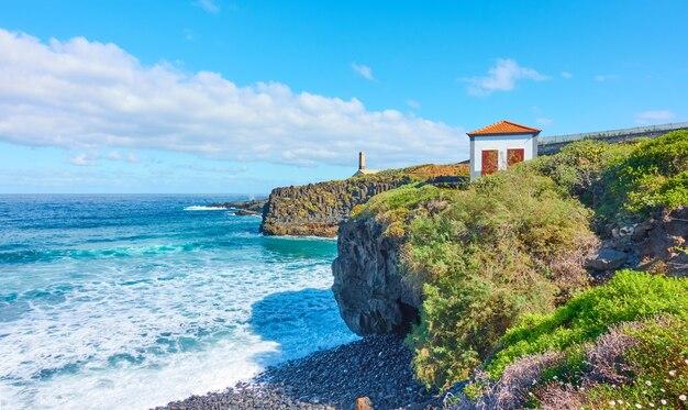 カナリア諸島、テネリフェ島の小さな家のある大西洋と岩の多い海岸-風景