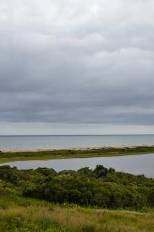 マーサズヴィンヤードからの曇った空の下の大西洋