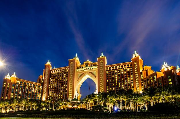 두바이, 아랍 에미리트 연방에 12 월에 아틀란티스 호텔. 아틀란티스 팜은 인공 섬에 지어진 고급 5 성급 호텔입니다.