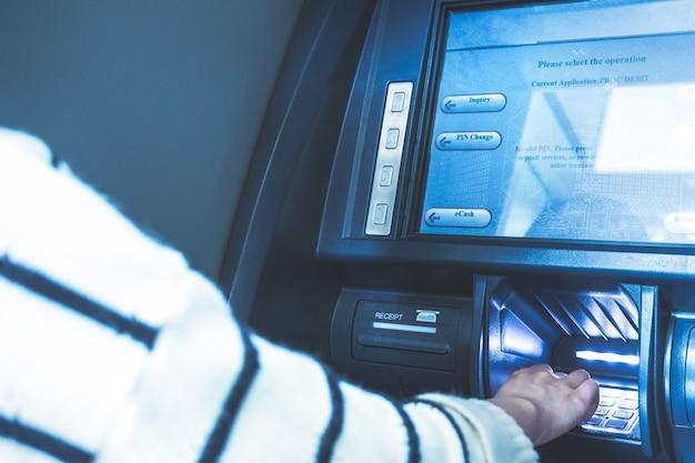 銀行でのatm操作