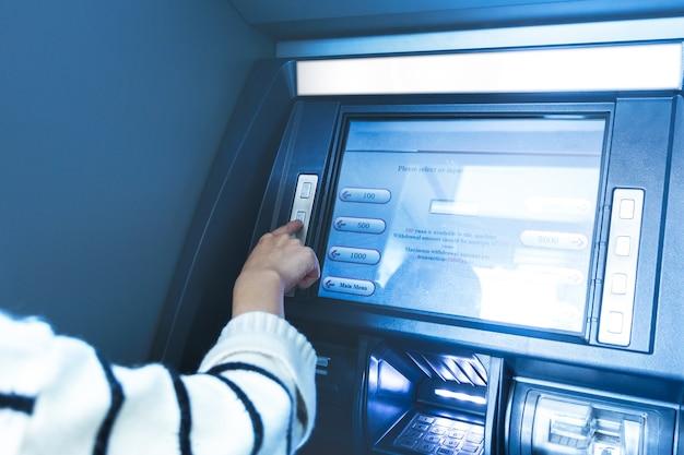 은행에서의 Atm 운영 무료 사진