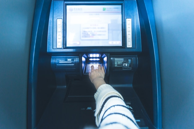 銀行のatm操作では、パスワードを入力します