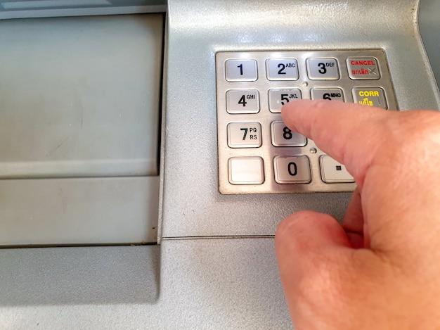 Atm番号キーボードのパスワード番号を押す手