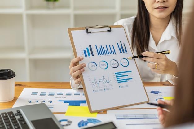 В атмосфере конференц-зала стартапа финансовый директор представляет руководству финансовую сводку компании. концепция финансового управления стартапами.