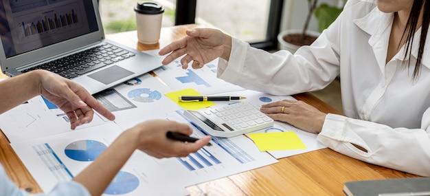 Атмосфера в зале заседаний начинающих компаний, руководители и отделы продаж собираются вместе, чтобы подвести итоги продаж для анализа и планирования. концепция управления продажами начинающей компании.