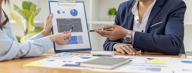 스타트업 회사 회의 분위기, 사업가들이 모여 투자 자금을 요약하고 계획하고 있으며, 그들은 회사의 창립자입니다. 비즈니스 관리 개념입니다.