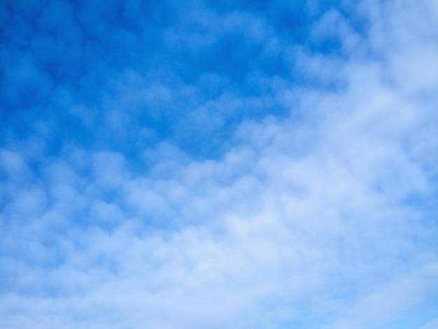 晴れた日の雰囲気。明るい雲と青い日晴れた空。空の滑らかな青白のグラデーション。素晴らしい天気。