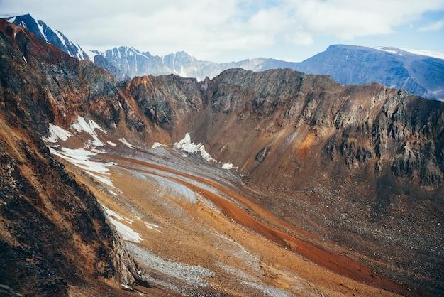 大きなロッキー山脈と珍しい氷河の舌が石で覆われた大気の高山の風景。美しい先のとがったロッキー山脈の壁。氷河の舌で素晴らしい鮮やかな高原の風景。アースカラー。