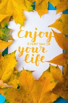 碑文と雰囲気のある秋の背景紅葉はあなたの人生の毎日をお楽しみください