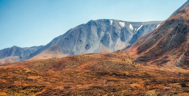 雰囲気のある秋の山の風景。明るい霧の中で大きな山々のあるパノラマの風景。アルタイ山脈。