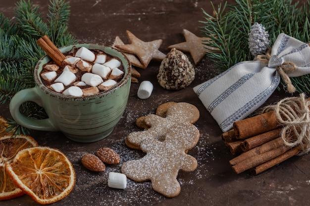 분위기 있는 크리스마스 구성 마시멜로 진저 쿠키 과자 계피와 코코아 한 잔...