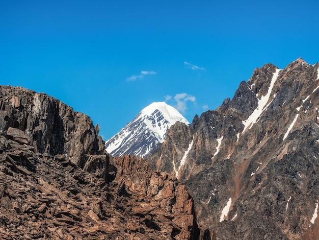 雪に覆われた高い山のある大気の風景。 bolshoy aktru、アルタイ山脈。