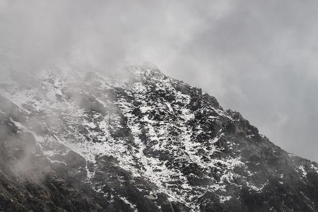 雪に覆われたロッキー山脈の頂上と大気のミニマリスト高山の風景