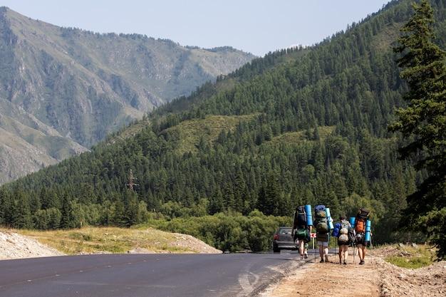 山の大気の瞬間。山の頂上でバックパック旅行者と一緒に観光客をハイキングします。
