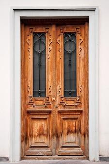 雰囲気のあるヴィンテージの木製玄関ドア。レトロなスタイル。