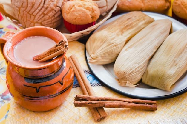 アトールデチョコレート、メキシコの伝統的な飲み物、タマレ