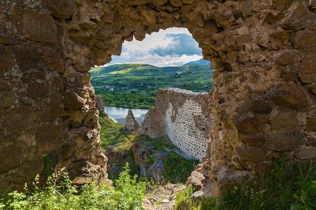 Руины крепости ацкури, грузия, вид с крепости на долину
