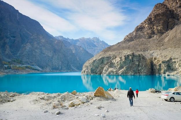Attabad湖でボートに乗るために歩いている男性。 gojal、hunza、gilgit-baltistan、パキスタン。
